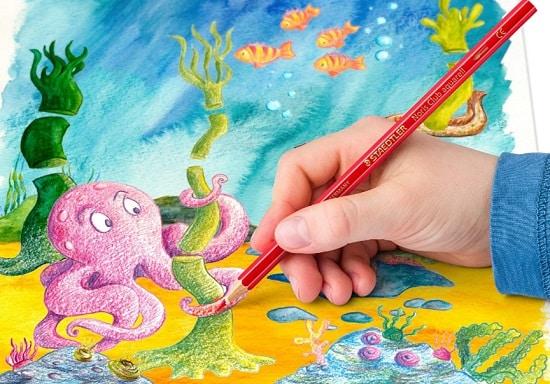 un enfant qui écrit avec un crayon staedtler